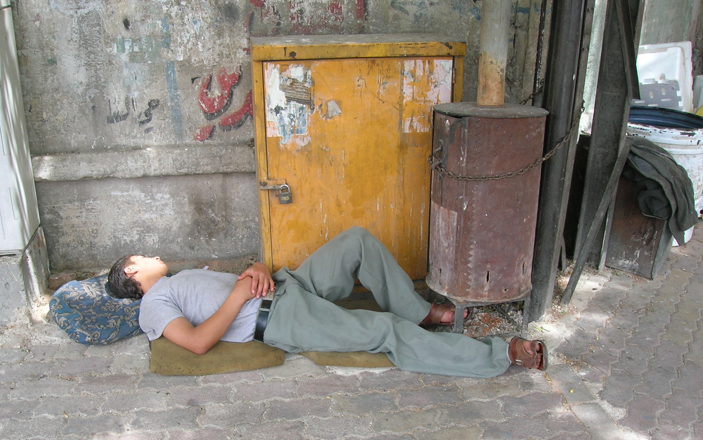 Syrian boy sleeps on street